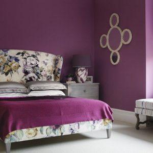 phòng ngủ màu tím với họa tiết hoa lá