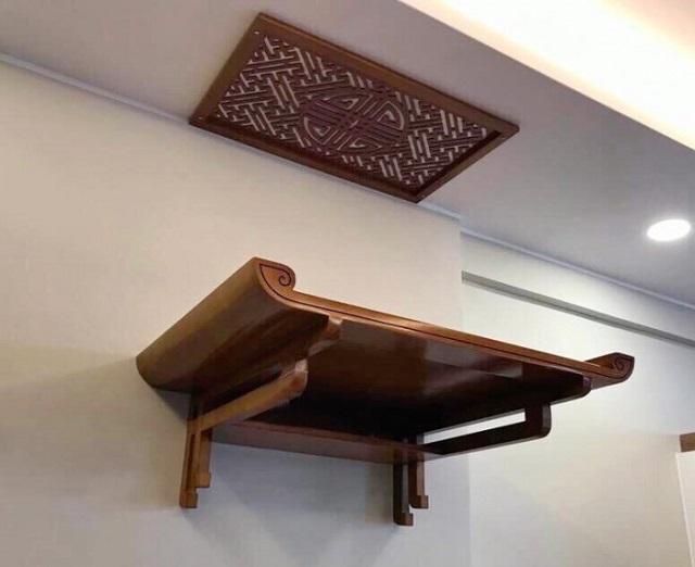 Bàn thờ treo tưởng ở chung cư được làm bằng gỗ gụ