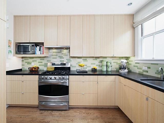 Một kiểu tủ bếp đơn giản nhưng lại tạo không gian thoáng, sạch sẽ cho căn hộ 60m2