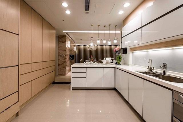 Thiết kế tủ bếp với gam màu trắng tạo không gian rất lịch sự, hài hòa với tổng thể