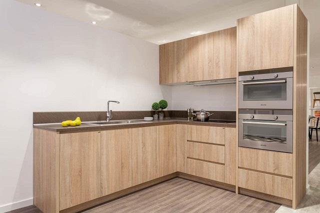Tủ bếp theo tone màu vân gỗ nhìn cực sang trọng, sáng sủa