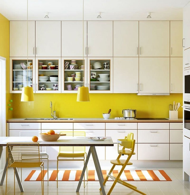 Tủ bếp theo màu trắng và vàng nhìn vừa độc đáo và hấp dẫn