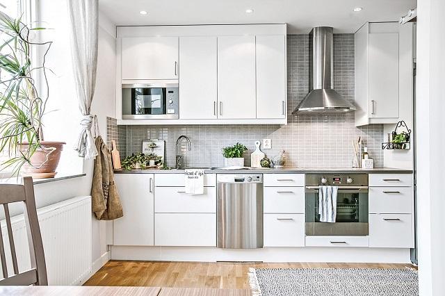 Tủ bếp được thiết kế cạnh cửa sổ giúp tận dụng ánh sáng tự nhiên tối đa khi nấu nướng