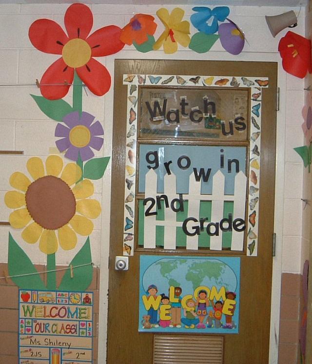 Cắt giấy màu để làm các họa tiết hoa, lá, chữ...