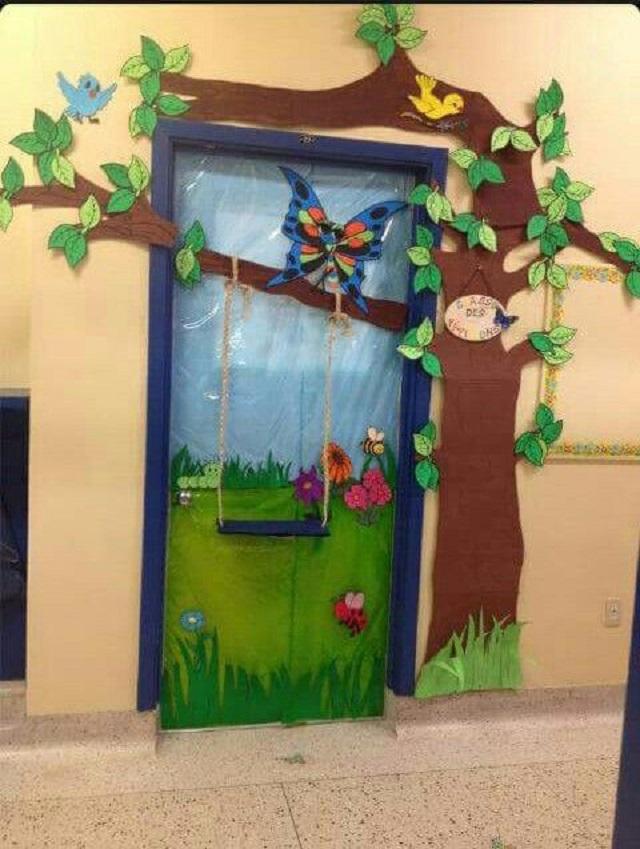 Trang trí cửa lớp với hình ảnh công viên có cây xanh, xích đu và cỏ cây