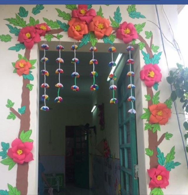 Ý tưởng cửa lớp với cây hoa và rèm treo vô cùng cuốn hút