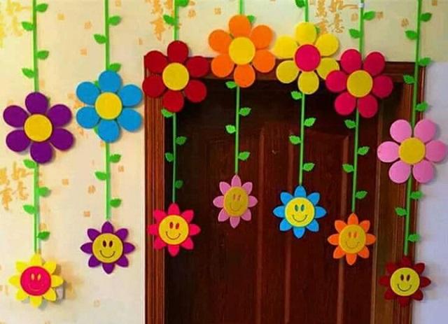 Làm rèm hoa trang trí cho cửa lớp