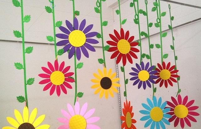 Trang trí cửa sổ bằng những dây hoa giấy