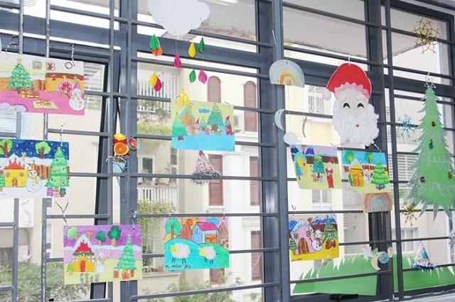Trang trí cửa sổ bằng bài vẽ của các bé trong lớp