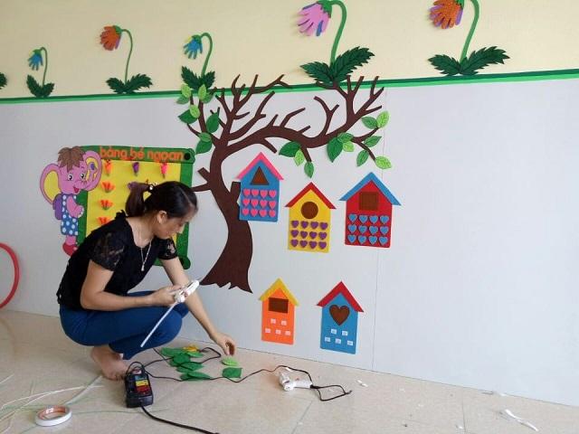 Trang trí tường lớp học bằng hình cây, ngôi nhà