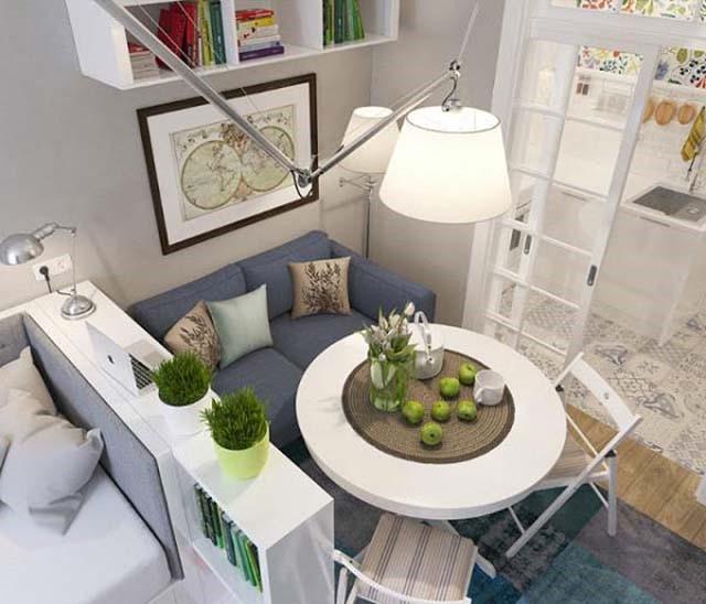 Không gian căn hộ này được chia làm 3 khu vực tách biệt bằng vách ngăn nhỏ đựng giá sách vô cùng tiện ích. Khu vực phòng khách được bố trí bộ sofa nhỏ, kế bên là phòng bếp và phòng ngủ.