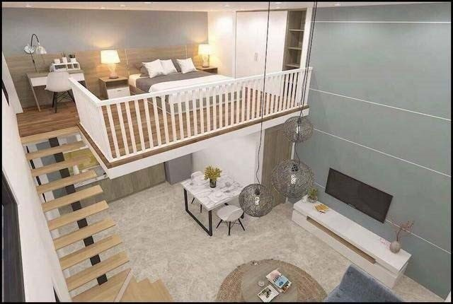 Điểm nhấn độc đáo trong căn hộ này là phần gác lửng rộng được bố trí làm phòng ngủ. Diện tích phòng bếp, phòng ăn nhỏ nhường chỗ cho phòng khách và bộ sofa lớn.