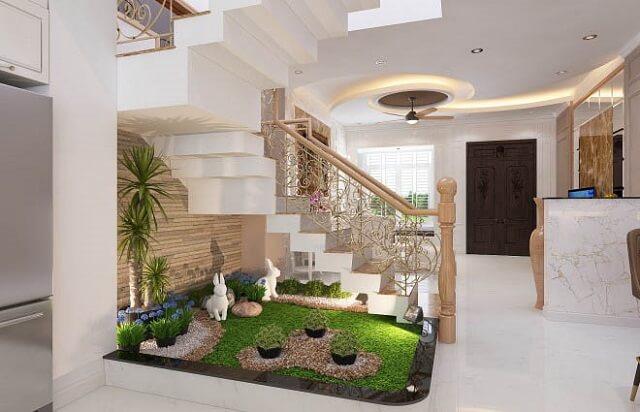 Điểm nhấn tại tầng 1 là tiêu cảnh ngay cạnh cầu thang, mang đến màu xanh tươi mát cho ngôi nhà.
